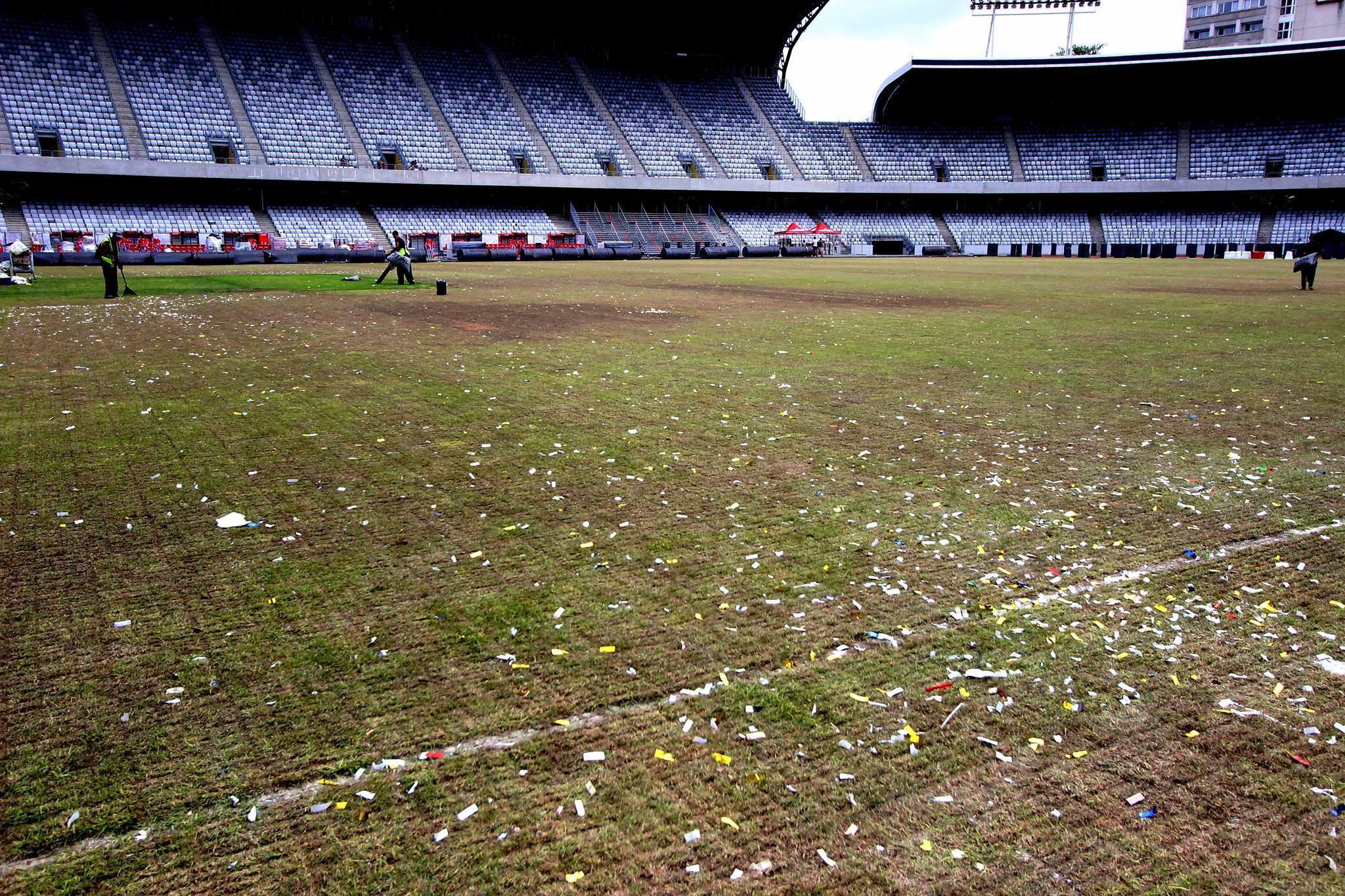 Gazonul de pe Cluj Arena este pur şi simplu devastat, după evenimentele din cadrul Untold Festival / Foto: Transilvania Reporter