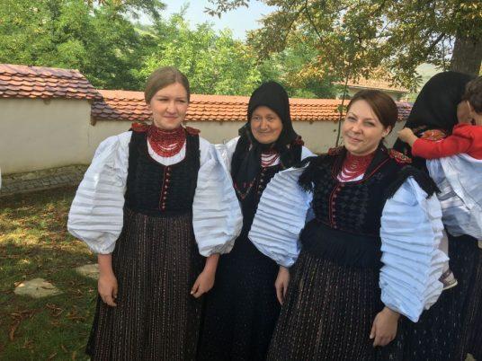 Szegedi Sara și nepoatele ei vin în fiecare an la biserica și respectă tradiția