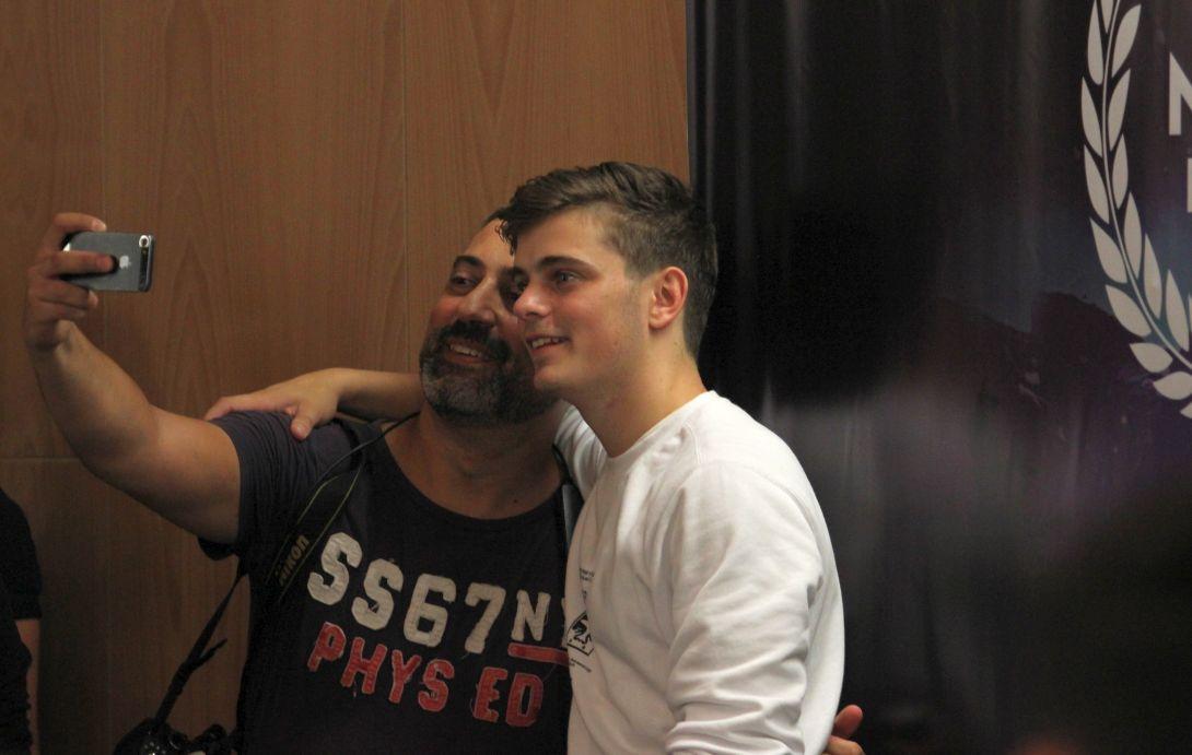 La finalul conferinței de presă Martin Garrix a rămas câteva minute pentru a se fotografia cu o parte dintre fanii săi/Foto: Dan Bodea