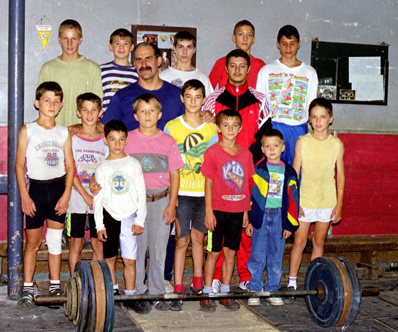 Trei dintre cei patru medaliați olimpici clujeni la haltere, într-o fotografie de colecție din 1999, făcută în sala Clujana. Antrenorul Ștefan Tasnadi (foto centru), Răzvan Martin și Gabriel Sîncrăian (al treilea, respectiv l patrulea, rândul din față, de la stânga la dreapta): Foto: Dan Bodea