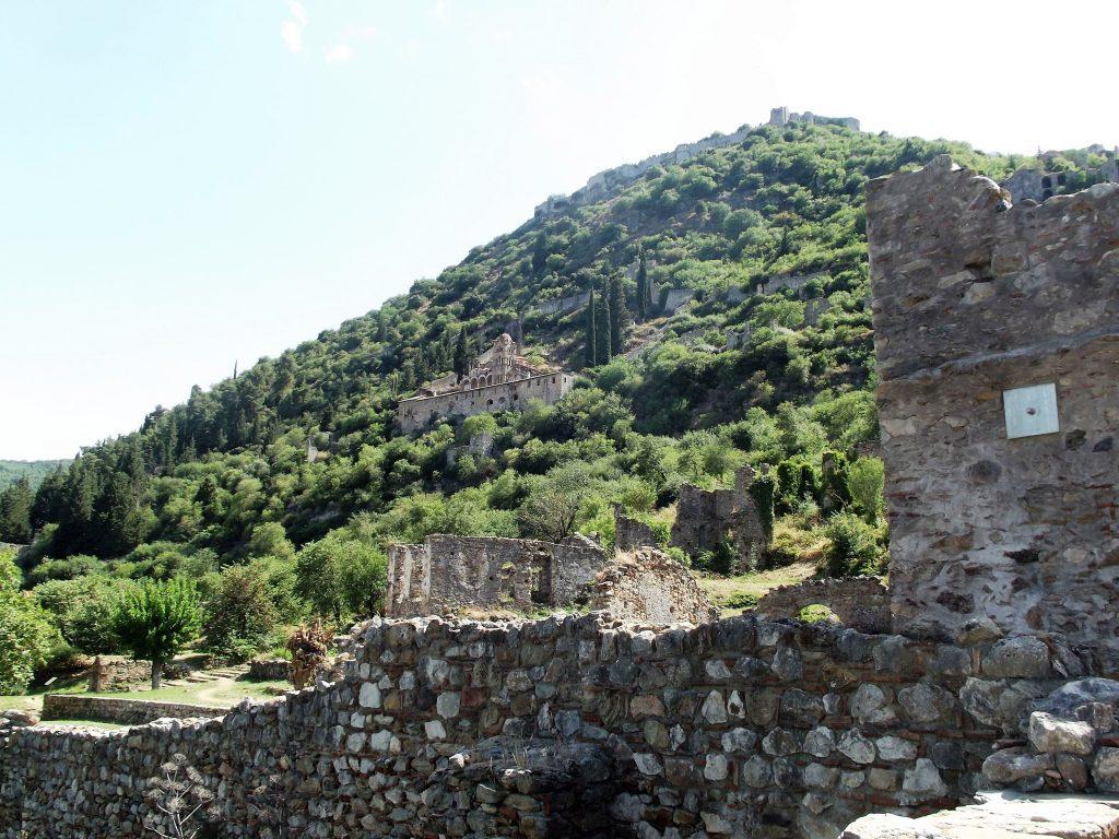 Biserica Pantanassa și cetatea din Mistras văzute de la Mitropolie / Foto: Bogdan Stanciu