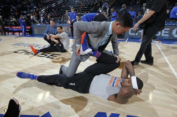 Erwin Valencia,   alături de superstarul lui Knicks,   Carmelo Anthony,   înaintea unui meci la Madison Square Garden Foto: interaksyon.com