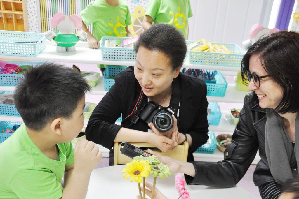 Felicia Gherman (foto dreapta) în vizită la o grădiniță privată din Beijing/ Foto: arhiva personală
