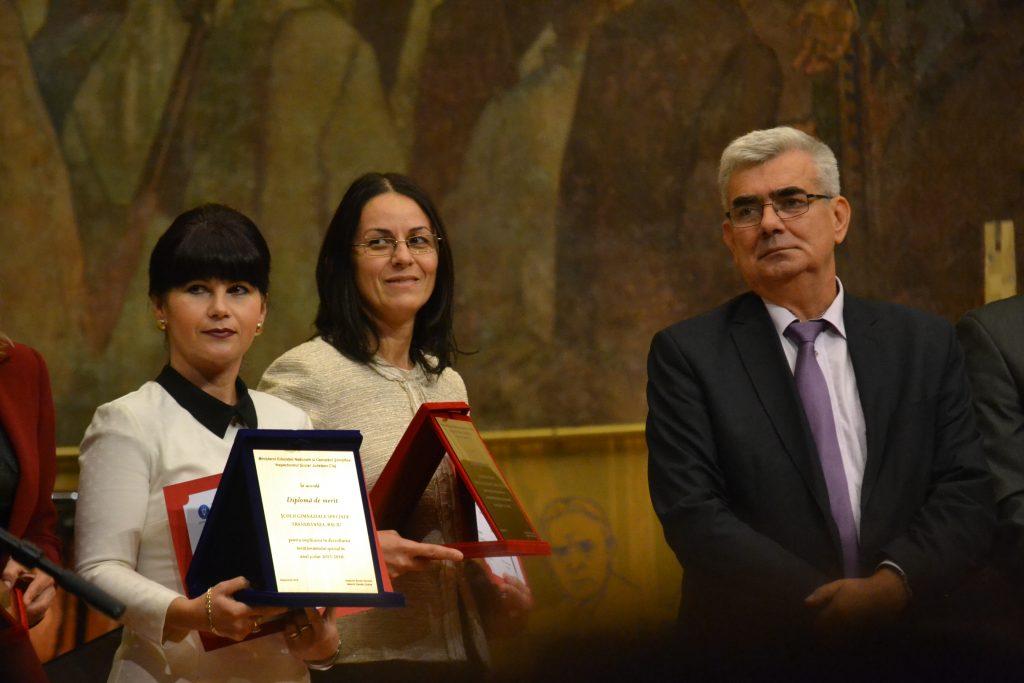 """Colegiul Tehnic """"Victor Ungureanu"""" din Câmpia Turzii a obținut un premiu special pentru implicarea în dezvoltarea învăţământului profesional şi tehnic. Paula Bozdog, directorul unității de învățământ (foto centru)/ Foto: Maria Man"""