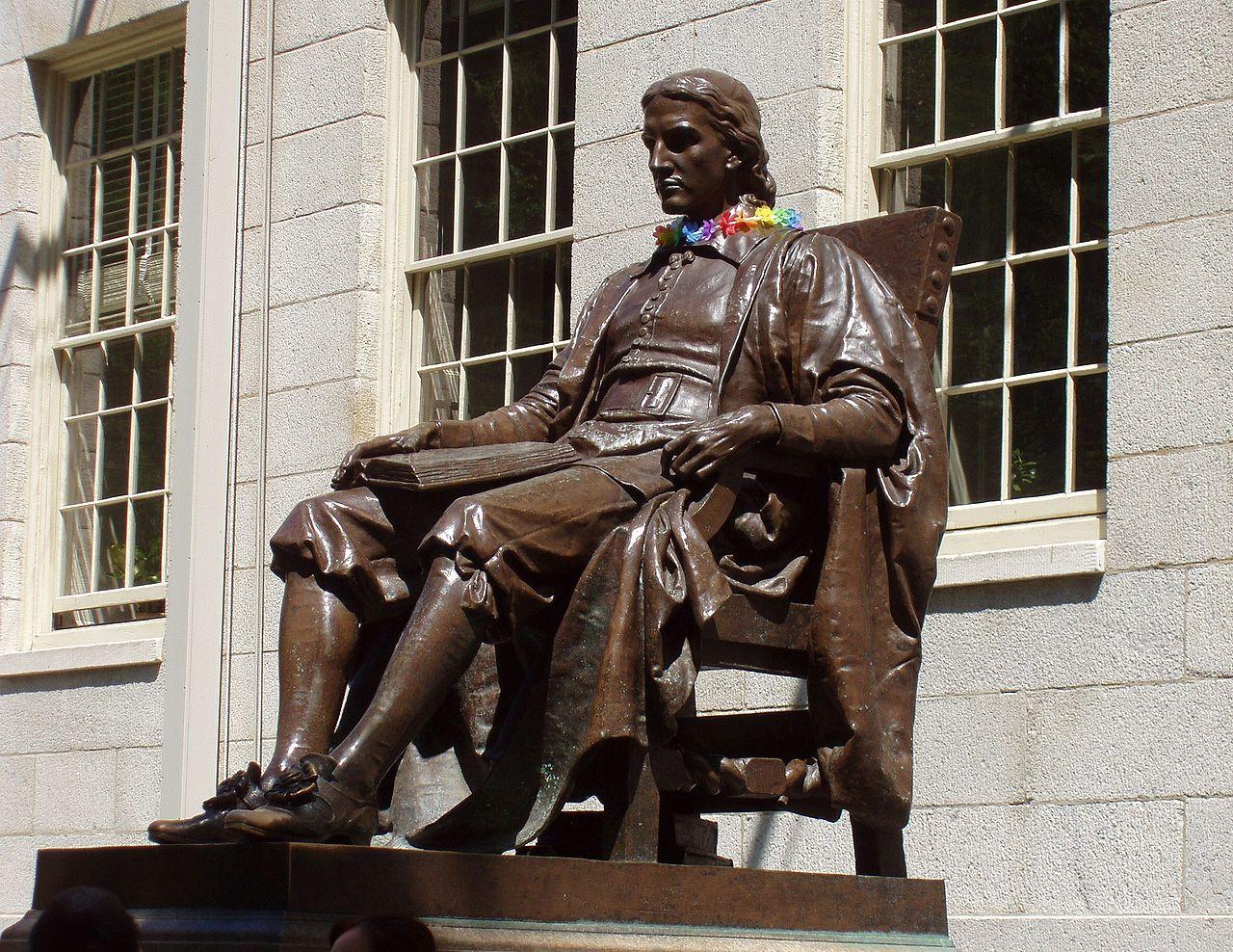 Statuia care îl înfăţişează pe John Harvard se află în Harvard Yard