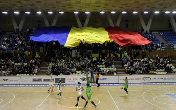"""Fanii Universității Cluj au umplut ca-n vremurile bune Sala Sporturilor """"Horia Demian"""",   la un meci de baschet feminin / Foto: Dan Bodea"""