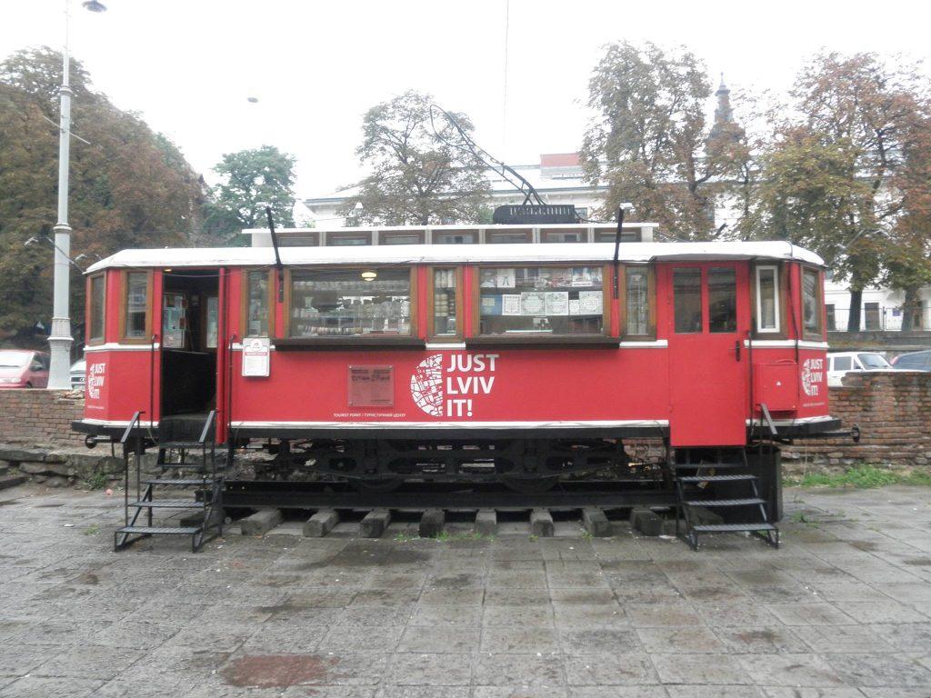 Un tramvai-bistro din Lviv, inscripționat cu sloganul orașului | Foto: Claudiu Groza
