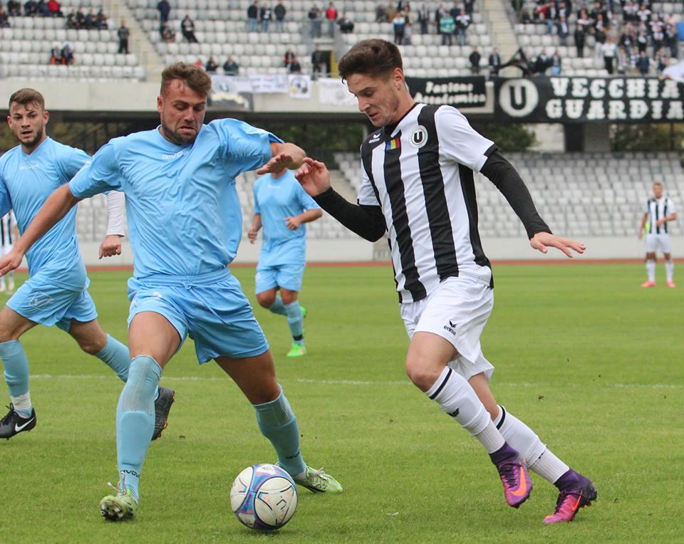 Moșuți (foto, în alb și negru) a marcat în minutul 14 al meciului cu Olimpia Gherla, golul care a dus echipa universitară pe primul loc în Liga a IV-a Cluj / Foto: Dan Bodea