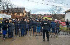 Peste 300 de persoane au protestat față de amplasarea unor separatoare pe un drum național