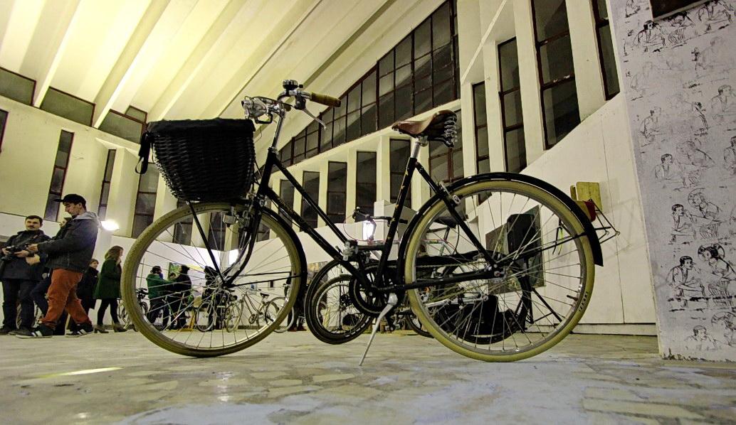 """În imagine,   o bicicletă care provine din Olanda și care a ajuns la băieții de la Reborn Bicycles ruginită de ploaie,   lăsată în paragină. """"Am încercat să păstrăm pe ea tot ce înseamnă piese originale. Într-un final bicicleta a fost oferită cadou unei persoane care este designer vestimentar. Am """"livrat"""" cât am putut de bine"""",   Bogdan Greab. Foto: Dan Bodea"""