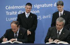 Tratatul de aderare a fost semnat în aprilie 2005,   în Luxemburg. În prim plan,   președintele și premierul de atunci,   Traian Băsescu,   respectiv Călin Popescu Tăriceanu | Foto: euinside.eu