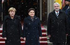 Angela Merkel și Beata Szydło (centru), alături de ministrul de externe polonez, Witold Waszczykowski | Foto: Radek Pietruszk