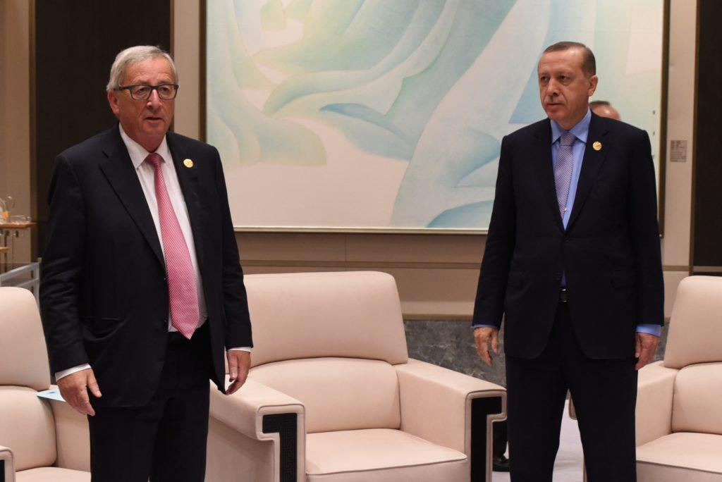 Relațiile dintre UE și Turcia intră într-o eră glaciară. În imagine, președintele Comisiei Europene, Jean-Claude Juncker (stânga), și președintele turc, Recep Tayyip Erdoğan, fotografiați anul trecut împreună, la summitul G20 din China. | Foto: Etienne Ansotte © Uniunea Europeană