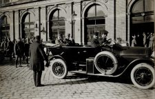 Arhiducele Carol sosește cu un automobil la revista de front, în fața gării din Cluj | Foto: K.u.K Kriegspressequartier
