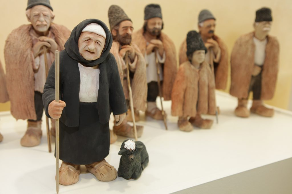 Figurine reprezentând țărani români, parte a unei expoziții organizate la sediul Comisiei Europene din Bruxelles, de Paști, 2012 | Foto: Comisia Europeană
