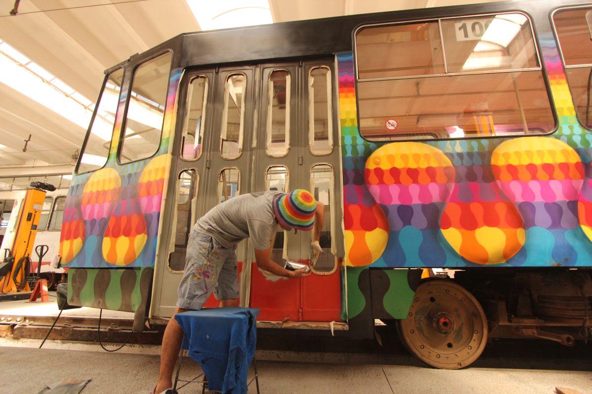 Kero, în timpul vopsirii celui de-al doilea tramvai al CTP Cluj/Foto: Cristina Beligăr