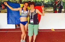 Andrea (foto, în stânga),  împreună cu mentorul său, antrenoarea Kanyzsay Magdolna, pozând cu drapelul României, după succesul din Italia / Foto: arhiva personal A. Miklos
