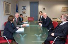 Șefii celor două echipe de negociatori, David Davis, în centru-dreapta, și Michel Barnier, centru-stânga | Foto: Comisia Europeană
