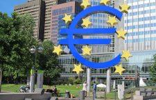 Euro s-a dovedit mai puternic decât au estimat criticii. În imagine, statuia care celebrează introducerea monedei unice, în Frankfurt | Foto: Wikimedia