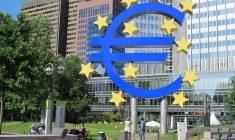 Euro s-a dovedit mai puternic decât au estimat criticii. În imagine, statuia care celebrează introducerea monedei unice, în Frankfurt   Foto: Wikimedia