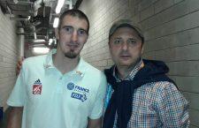 Jurnalistul Emil Hossu-Longin, alături de baschetbalistul francez Nando de Colo| Foto: arhivă personală