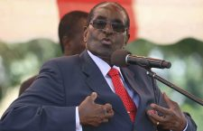 În vârstă de 93 de ani, Robert Mugabe s-a aflat la putere în Zimbabwe timp de 37 de ani. Politicile sale au împins ţara în pragul colapsului, cu o rată a şomajului de 90% şi o inflaţie lunară de până la 50%.