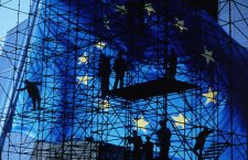 La construction européenne (Drapeau européen sur fond d'échafaudage métallique)