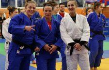 Corina Căprioriu (foto, prima din stânga) este convinsă că a făcut alegerea corectă, revenind în sala de judo / Foto: Dan Bodea