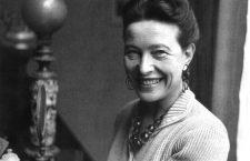 Simone de Beauvoir s-a născut la Paris, în anul 1908. A fost o eseistă, scriitoare și în același timp o figură de marcă a existențialismului și a feminismului în Franța, militantă a mișcării intelectuale contestatare de după al Doilea Război Mondial. Alături de Jean-Paul Sartre va trăi o relație de iubire și prietenie devenită legendară.