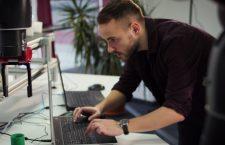 Studenții de la Universitatea Tehnică programează roboți în colaborare cu Accenture pentru a răspunde provocărilor industriei X.0