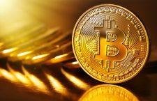 Criptomonedele precum Bitcoin sau Ethereum permit efectuarea plăților anonime pe Internet și afișează aceste tranzacții într-un blockchain, un registru digital care înregistrează tranzacțiile făcute în diverse monede criptice, în mod cronologic. Acest lucru se întâmplă fără implicarea vreunui intermediar sau vreunei bănci, fiind astfel complet independentă de sistemul bancar central. Acest lucru permite utilizatorilor să evite taxele, în special atunci când se plătesc sume mari.