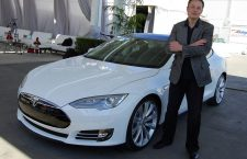Elon Musk si o Tesla Model S, 2011