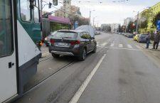 Circulație blocată aproape o oră după ce o mașină s-a defectat pe linia de tramvai