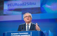 În spatele lui Jean-Claude Juncker se poate observa hashtagul #EURoad2Sibiu | Foto: Etienne Ansotte © CE