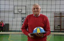Alexandru Lazăr, la aniversarea celor 65 de ani. A primit din partea fostelor voleibaliste un tort tematic, în formă de minge de volei.