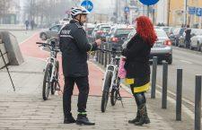 Polițiștii locali clujeni vor folosi de mâine biciclete electrice pentru patrulare. De 8 Martie, polițiștii au împărțit flori clujencelor
