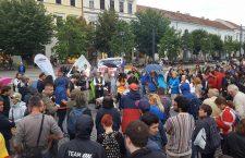 Clujenii prostează pentru a patra seară la rând. Noi corturi au apărut în Piața Unirii