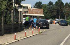 Anchetatorii iau probe de pe mașina lângă care a explodat o bombă artizanală.