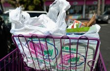 Două supermarketuri din Cluj au pornit războiul împotriva materialelor din plastic