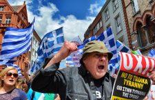 De-a lungul celor nouă ani de asistență financiară, grecii au protestat în numeroase rânduri față de măsurile de austeritate. În imagine, o demonstrație din 2015, anu când Alexis Tsipras a ajuns la putere | Foto: Wikimedia