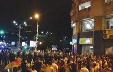 Jandarmii au evacuat în forță Piața Victoriei, vineri, 10 august | Foto: Wikimedia