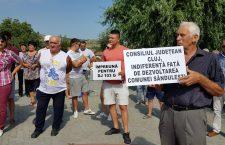 Locuitorii din Săndulești protestează în zadar – drumul rămâne neasfaltat. Alin Tișe dă vina pe metodologie.