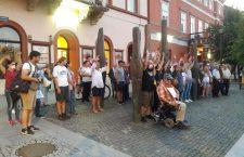 Protest cu mâinile ridicate împotriva Jandarmeriei Bucureşti