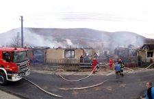 Patru case au fost distruse de un incendiu
