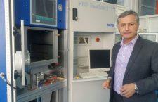 Profesorul Nicolae Bâlc, în fața uneia dintre imprimantele 3D ale Facultății de Construcții Mașini din cadrul Universității Tehnice din Cluj-Napoca | Foto: Bogdan Stanciu