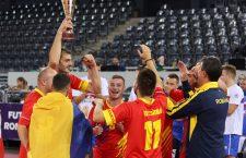 Clujeanul Alin Bălan (foto, cu cupa) a fost declarat cel mai bun jucător al turneului CM de futnet de la Cluj/Foto: Dan Bodea