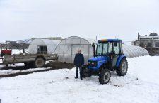 Fermierul Radu Telecan, lângă tractorul și solariile cumpărate din fonduri europene | Foto: Vakarcs Loránd