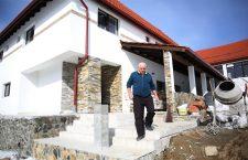 Viorel Crainic, în fața pensiunii Rom Concord din Bălcești, refăcută și extinsă pentru a doua oară din fonduri europene   Foto: Dan Bodea