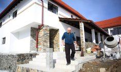 Viorel Crainic, în fața pensiunii Rom Concord din Bălcești, refăcută și extinsă pentru a doua oară din fonduri europene | Foto: Dan Bodea