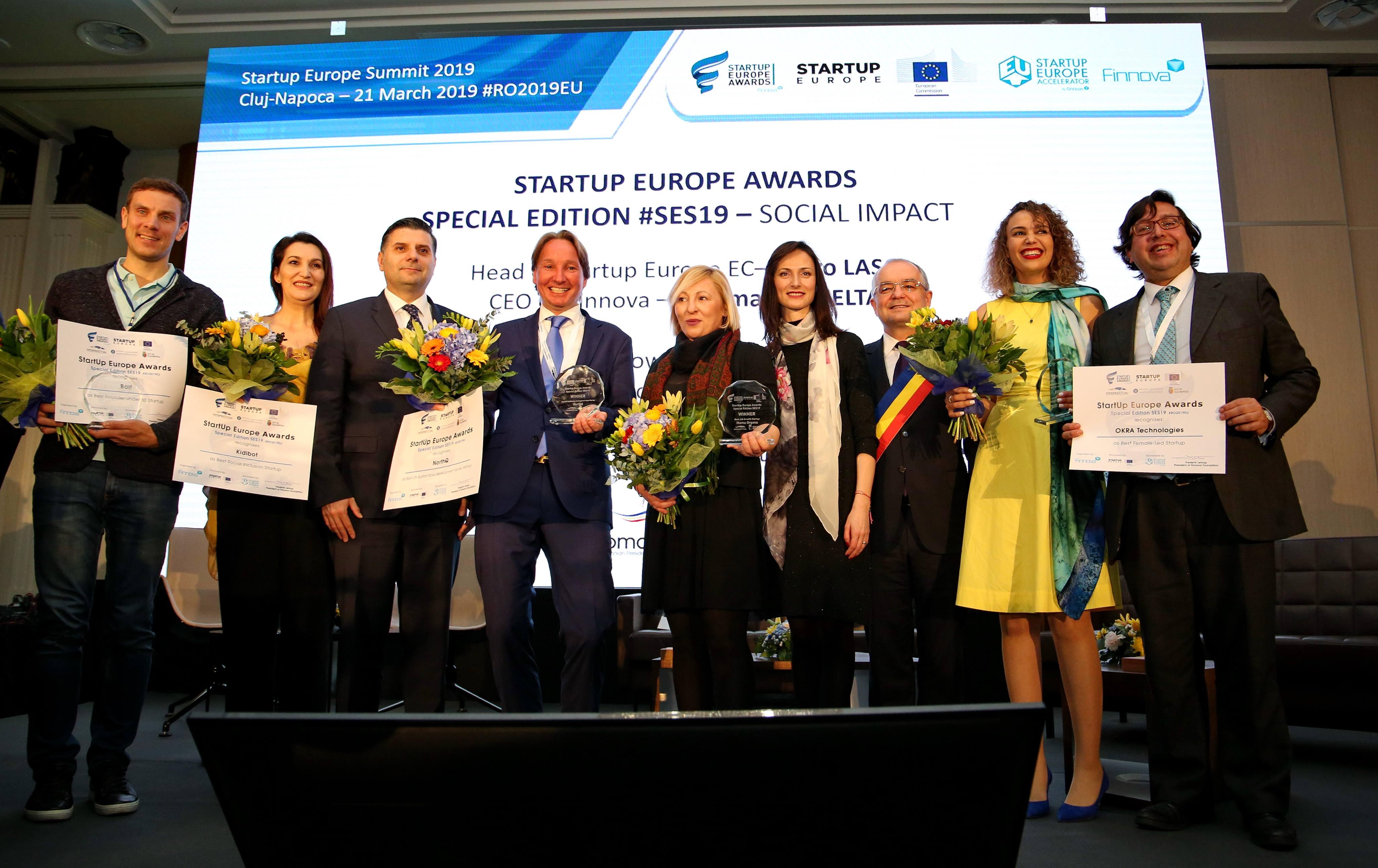 Mariya gabriel, Emil Boc și Alexandru Petrescu, foto de grup cu câștigătorii Startup Europe Awards (foto: Dan Bodea)